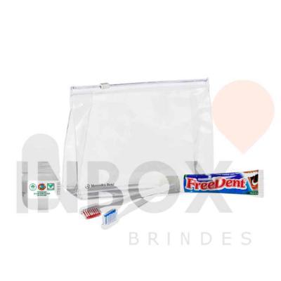 Inbox Brindes - Uma necessaire com duas escovas de dente, um creme dental e um desodorante roll on
