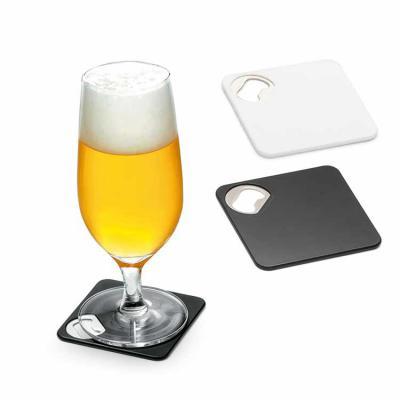Inbox Brindes - Porta copos. ABS. Com abridor de garrafas. Esponja antiderrapante na base. 82 x 82 x 4 mm