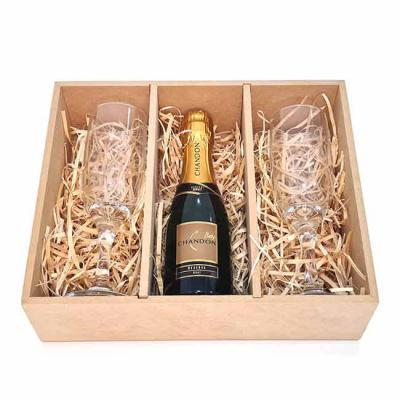 Brand Brindes Produtos Personalizados - Kit espumante com 3 peças e estojo em MDF  Contém no kit:  2 taças  1 garrafa de espumante Chandon Brut 187 ml.
