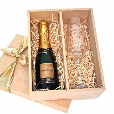 Brand Brindes Produtos Personalizados - Kit espumante com 2 peças e estojo em MDF  Contém no kit:  1 taça  1 garrafa de Espumante Chandon Brut Baby 187 ml.  Gravação laser taça