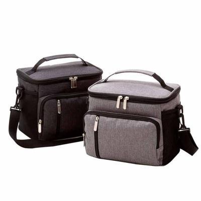 Atlas Brindes - Bolsa térmica para alimentos e bebidas. Disponível nas cores preta e cinza. Alça de mão, de ombro, compartimento principal com zíper, 2 bolsos frontai...