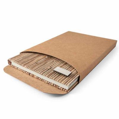 Envolve Promocional - Caderno A5 com capa dura em palha natural, fornecido em caixa presente em papel kraft.