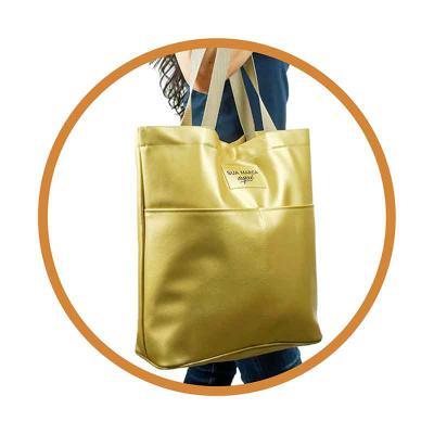 Kelly Pinheiro Brindes - Sacola Beta Gold com bolso externo, tecido sintético com alça poliéster e personalizada.