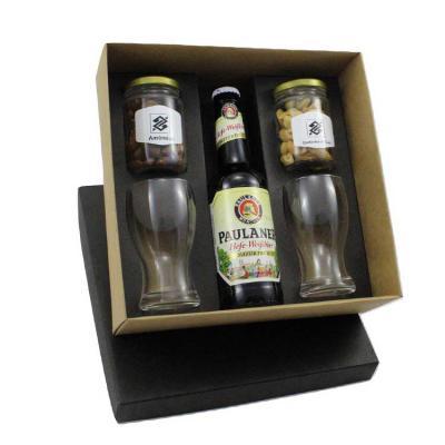 Criativo Brindes - Kit em caixa de papel kraft, cerveja Paulaner 330ml, dois copos de vidro para cerveja e dois potes de petisco. Gravação nas peças e na tampa da caixa.