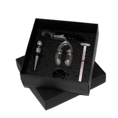 Conceito Kits Corporativos - Kit em caixa de papel kraft, term�metro, abridor de vinho, tampa de inox, direcionador, salva gotas e corta lacre.