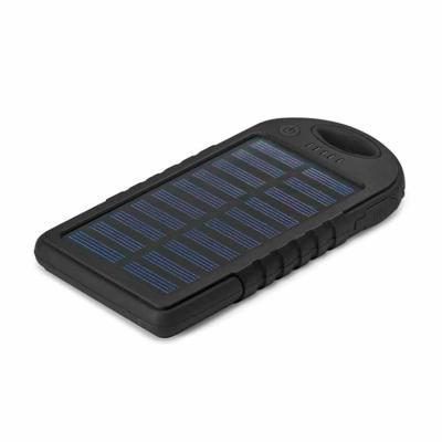 Silk Brindes - Carregador Power Bank com painel solar. Modelo ABS com detalhes em relevo e corpo do material todo na cor preta. Bateria de lítio. Capacidade 2.000 mA...