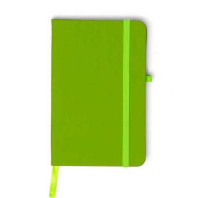 Silk Brindes - Caderneta em material emborrachado. Contém folhas pardas com pauta. Possui marcador de páginas em cetim e fita elástica em nylon para fechar. Vem com...