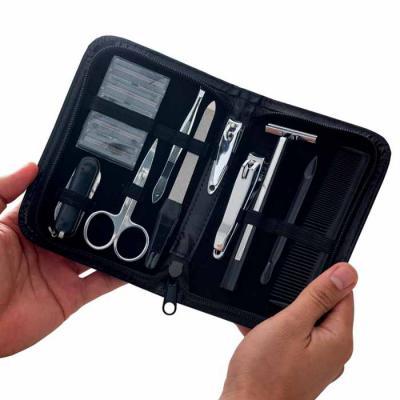 Silk Brindes - Kit com dez peças em estojo de material sintético preto. Possui um cartucho com 5 lâminas, canivete de 3 funções, tesoura pequena, pinça, lixa, cortad...