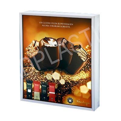 AD Plastic - Caixa retangular de acrílico. Personalizada na parte frontal através de impressão digital UV e iluminação interna com LED
