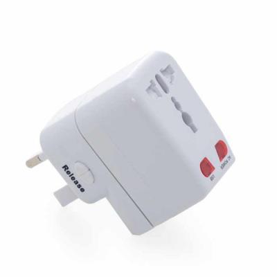 Imagem Promocional - Adaptador universal branco em plástico resistente. Possui os plugs/tomadas: UK/SP; USA/JAPAN/AUST/THAI , Europe e duas entradas USB. Ao segurar simult...