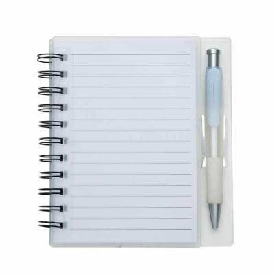 Imagem Promocional - Bloco de anotações acrílico com wire-o e caneta plástica. Possui aproximadamente 70 folhas brancas pautadas, caneta plástica.
