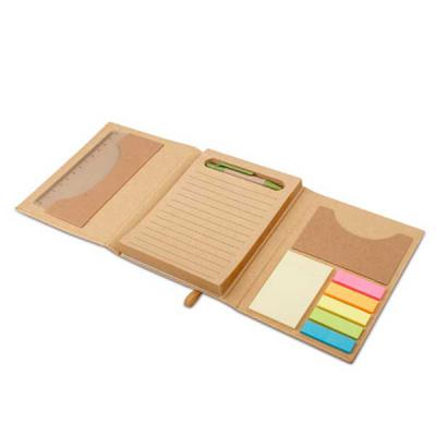 Imagem Promocional - Cartão. Com caderno (80 folhas pautadas em papel reciclado), 6 blocos adesivados (25 folhas cada), 1 régua de 12 cm, 1 esferográfica em papel kraft e...