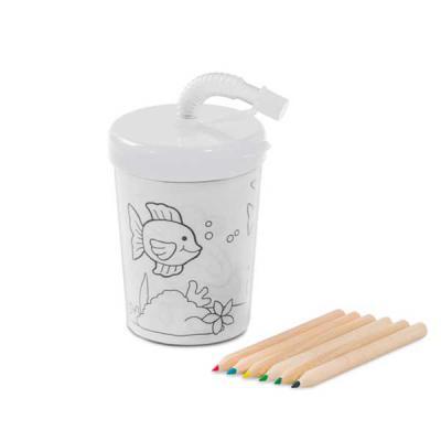 Imagem Promocional - PP e PS. Com canudo flexível. 3 desenhos para colorir (6 mini lápis de cor inclusos). Capacidade: 200 ml. Food grade. ø72 x 98 mm.