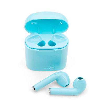 Imagem Promocional - Fone bluetooth plástico com case carregador. Para utilização do produto, pressione e segure o botão lateral de ambos fones ao mesmo tempo, luzes led e...