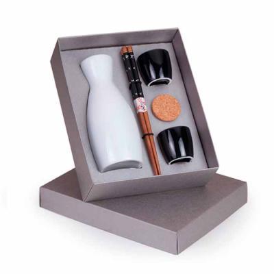 Imagem Promocional - 1 Garrafa em porcelana branca para Sake 400ml 2 Copos em porcelana preta para Sake 2 Pares de hashi 1 Caixa para presente 24x19.5x7cm / Peso 0.680g