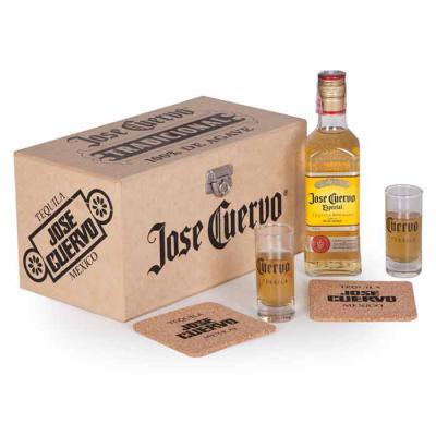 Imagem Promocional - 1 Tequila Jose Cuervo Especial ouro 375ml / Graduação Alcoílica 40% / Pais de Origem: México 2 Copos de vidro personalizados 70 ml 2 Porta Copos em co...