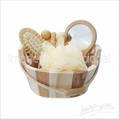 Imagem Promocional - Kit spa com 04 peças em balde de madeira.