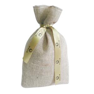 galeon-brindes-e-embalagens-promocionais - Saco personalizado em juta natural- Medidas: 19 x 29 cm com fita silkada.