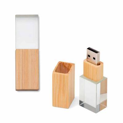 Plus Brindes - Pen drive personalizado com capacidade de 8GB. Feito de cristal com tampa e detalhe em bambu. Medidas (A x L x C): 6,5 x 2 x 1,5 cm