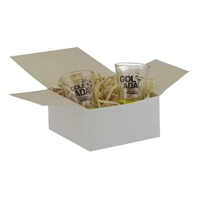 Dumont ABC Porcelanas Personalizadas - Kit personalizado com 2 copos de dose 60ml e embalagem papel cartão branco.