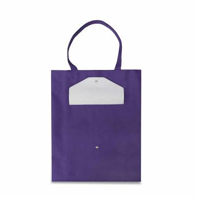 Secoli Brindes - Com amplo espaço interno, é uma sacola de uso cotidiano. A combinação de cores com o fechamento por botão dá à peça um toque de estilo.