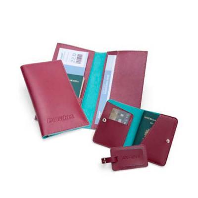 Detalhes Brindes - Kit Viagem confeccionado em couro ou sintético, composto por um Porta Voucher (PVH2), um Porta Passaporte (PP7) e um Identificador de Bagagem (IB1).