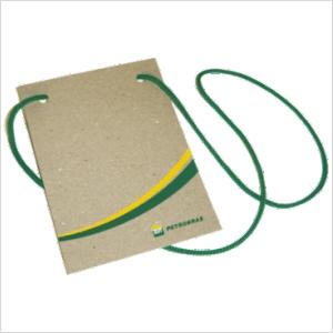 ecofabrica - Crachá ecológico personalizado em papel 100% reciclado (originado da reciclagem de embalagens tetra-pack) - Com cordão roliço sintético (cor a escolhe...