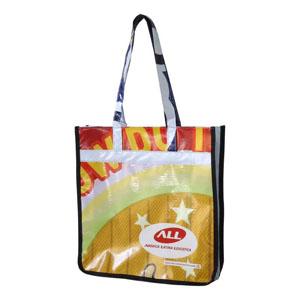Ecofábrica - Sacola personalizada em retalhos de banner coloridos - Medidas: 37 x 37 x 9 cm. Personalização por serigrafia direto no material.