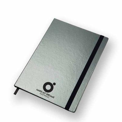 Ótima Gráfica - Caderno capa dura com 80 folhas costuradas pautadas ou pontilhas. O modelo Ultra (177x240 mm) é o maior formato disponível. O revestimento é o Bengali...