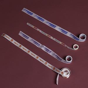 Algo Mais - Fita de cetim ou poliéster na cor branca, com gravação personalizada até 5 cores ou em hot stamp e até 5 cm de largura, pode ser cortada ou em rolo. Q...
