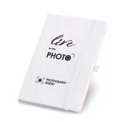 Imagine Pack Brindes - Caderneta capa dura com porta esferográfica, bolso interior e 80 folhas não pautadas na cor marfim. Cores: Azul, branco, preto e vermelho. Cores e qua...