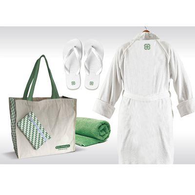Opção Promocional - Kit Relax composto por sacola, roupão, toalha e sandália.