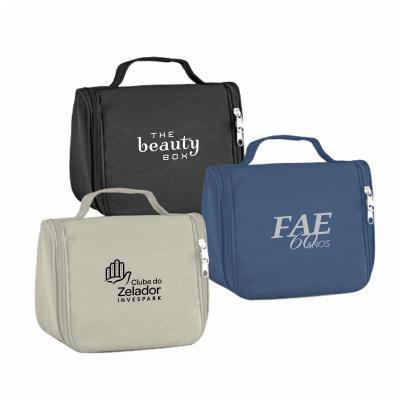 Redosul Brindes - Bolsa para cosméticos personalizada produzida em microfibra. Possuí vários bolsos interiores e gancho de pendurar.